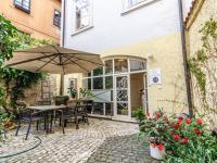 Předzahrádka náležící k domu - Pronájem bytu 2+kk v osobním vlastnictví 45 m², Praha 1 - Malá Strana