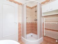 Horní koupelna - Prodej domu v osobním vlastnictví 199 m², Praha 4 - Šeberov