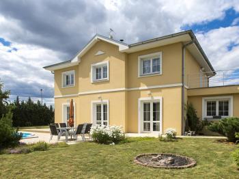 Jižní pohled ze zahrady - Prodej domu v osobním vlastnictví 199 m², Praha 4 - Šeberov
