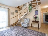 Vstupní hala se schodištěm do patra - Prodej domu v osobním vlastnictví 199 m², Praha 4 - Šeberov