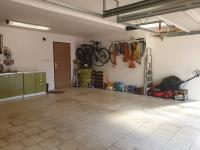 Prostorná garáž pro 2 auta - Prodej domu v osobním vlastnictví 199 m², Praha 4 - Šeberov
