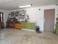 Prostorná garáž pro dvě auta nabízí i prostor pro dílnu - Prodej domu v osobním vlastnictví 199 m², Praha 4 - Šeberov