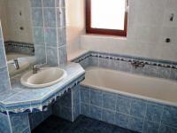 Koupelna v přízemí - Prodej domu v osobním vlastnictví 248 m², Psáry