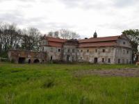 Nádvorní strana zámku s rizalitem a terasou. (Prodej historického objektu 2150 m², Chbany)