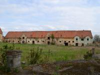 Hospodářský dvůr - stáje a provozní budova (pohled od zámku). (Prodej historického objektu 2150 m², Chbany)