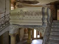 Interiéry zámku - barokní schodiště. (Prodej historického objektu 2150 m², Chbany)