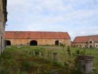 Hospodářský dvůr - stodoly (pohled od zámku). (Prodej historického objektu 2150 m², Chbany)