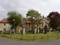 Průčelí zámku - pohled z návsi.  (Prodej historického objektu 2150 m², Chbany)
