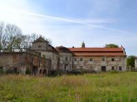 Nádvorní strana zámku s válcovitým rizalitem skupolí. (Prodej historického objektu 2150 m², Chbany)