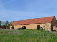 Hospodářský dvůr - stodoly (pohled od stájí). (Prodej historického objektu 2150 m², Chbany)