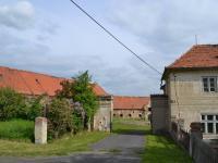 Vjezd do dvora s hospodářskými a provozními budovami. (Prodej historického objektu 2150 m², Chbany)