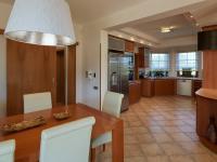 jídelna (Prodej domu v osobním vlastnictví 240 m², Sulice)