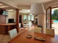 obývací pokoj (Prodej domu v osobním vlastnictví 240 m², Sulice)
