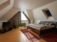 ložnice (Prodej domu v osobním vlastnictví 240 m², Sulice)
