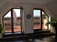 pohled na terasu - Prodej bytu 5+kk v osobním vlastnictví 320 m², Praha 10 - Dolní Měcholupy