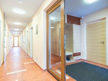 společná chodba - Prodej bytu 3+kk v osobním vlastnictví 86 m², Horní Maršov