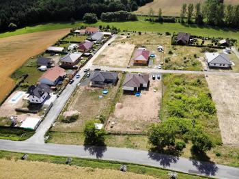 uliční pohled na pozemek - Prodej pozemku 1233 m², Suchodol