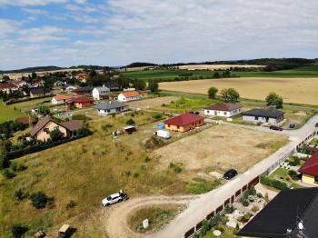 širší pohled na pozemek - Prodej pozemku 1233 m², Suchodol