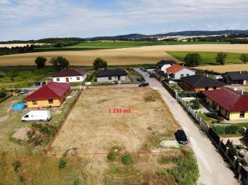 pozemek s orientačně vyznačenou hranicí - Prodej pozemku 1233 m², Suchodol