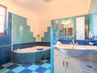1NP koupelna - Prodej domu v osobním vlastnictví 274 m², Tuklaty