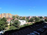 výhled z chodby na parkoviště - Prodej bytu 2+kk v osobním vlastnictví 43 m², Brandýs nad Labem-Stará Boleslav