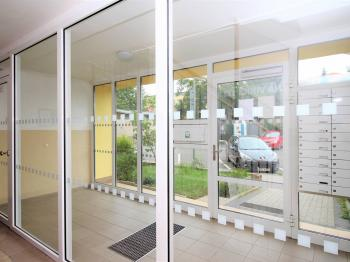 vchod do domu - Prodej bytu 2+kk v osobním vlastnictví 43 m², Brandýs nad Labem-Stará Boleslav