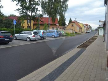 dostatek parkovacích míst - Prodej domu v osobním vlastnictví 105 m², Kostelec nad Labem