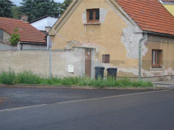 pohled přes dvorek - Prodej domu v osobním vlastnictví 166 m², Kostelec nad Labem