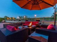 Večerní posezení na terase bytu (Prodej bytu 4+kk v osobním vlastnictví 247 m², Praha 10 - Záběhlice)