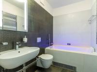 Hlavní koupelna s masážní vanou, 5 m2 (Prodej bytu 4+kk v osobním vlastnictví 247 m², Praha 10 - Záběhlice)