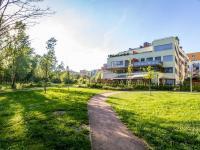 Celkový pohled na dům a okolí (Prodej bytu 4+kk v osobním vlastnictví 247 m², Praha 10 - Záběhlice)