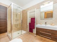 Koupelna s toaletou 1. NP (Prodej domu v osobním vlastnictví 197 m², Sibřina)