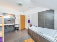 Koupelna 2. NP (Prodej domu v osobním vlastnictví 197 m², Sibřina)