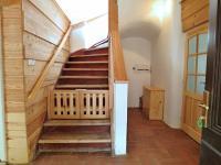 Vstupní hala se schodištěm (Prodej domu v osobním vlastnictví 245 m², Pohoří)