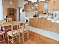 Kuchyně s jídelním koutem (Prodej domu v osobním vlastnictví 245 m², Pohoří)