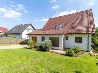 Pohled na dům z přední části zahrady (Prodej domu v osobním vlastnictví 227 m², Třebotov)