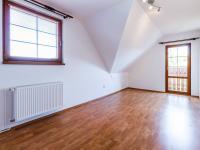 Obytný pokoj v patře (Prodej domu v osobním vlastnictví 227 m², Třebotov)