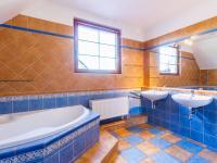 Koupelna s toaletou v patře (Prodej domu v osobním vlastnictví 227 m², Třebotov)