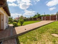 Příjezdová cesta k domu (Prodej domu v osobním vlastnictví 227 m², Třebotov)