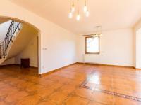 Obývací pokoj se vstupem na terasu (Prodej domu v osobním vlastnictví 227 m², Třebotov)