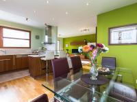 jídelní stůl (Prodej bytu 2+kk v osobním vlastnictví 132 m², Praha 10 - Záběhlice)