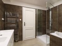 Koupelna s vanou, sprchovým koutem a dvojitým umyvadlem, 8 m2 - Prodej bytu 4+kk v osobním vlastnictví 141 m², Praha 10 - Vršovice