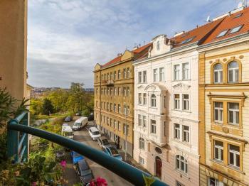 Výhled z balkónu směrem na západ k parku Gröbovka - Havlíčkovy sady - Prodej bytu 4+kk v osobním vlastnictví 141 m², Praha 10 - Vršovice