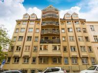 Pohled na dům z ulice Na Královce - Prodej bytu 4+kk v osobním vlastnictví 141 m², Praha 10 - Vršovice
