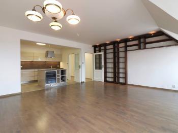 Obývací pokoj s kuchyňským koutem, 42 m2 - Prodej bytu 4+kk v osobním vlastnictví 141 m², Praha 10 - Vršovice