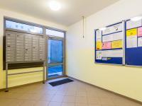 Vstup do domu (Prodej bytu 3+kk v družstevním vlastnictví 56 m², Praha 8 - Bohnice)