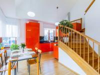 Kuchyňský kout + schody do patra (Prodej bytu 4+kk v osobním vlastnictví 153 m², Praha 9 - Hloubětín)