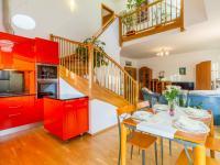 Kuchyňský kout s pohledem do obývacího pokoje (Prodej bytu 4+kk v osobním vlastnictví 153 m², Praha 9 - Hloubětín)