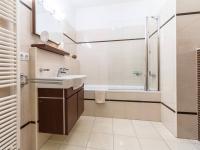 Koupelna pro dvě ložnice v nižším patře bytu (Prodej bytu 4+kk v osobním vlastnictví 153 m², Praha 9 - Hloubětín)