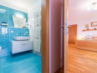Pohled ze šatny do ložnice a koupelny v patře (Prodej bytu 4+kk v osobním vlastnictví 153 m², Praha 9 - Hloubětín)